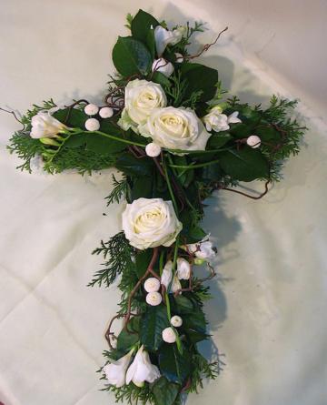 Virágposta - Kereszt fehér rózsákkal