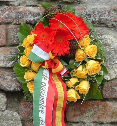 Virágposta - Megemlékezési koszorú rózsákkal