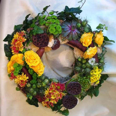 Virágposta - Urnakoszorú nyári termésekkel, sárga rózsával