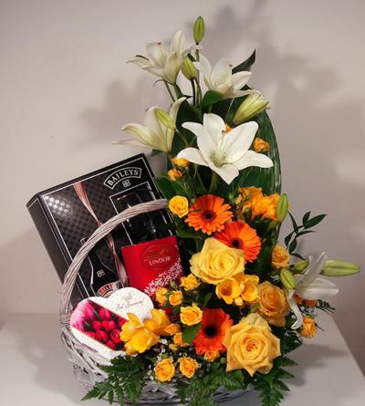 Virágposta - Virágkosár liliomokkal, rózsákkal és Bailleys-szel