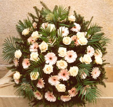 Virágposta - Koszorú krém rózsákkal, gerberával
