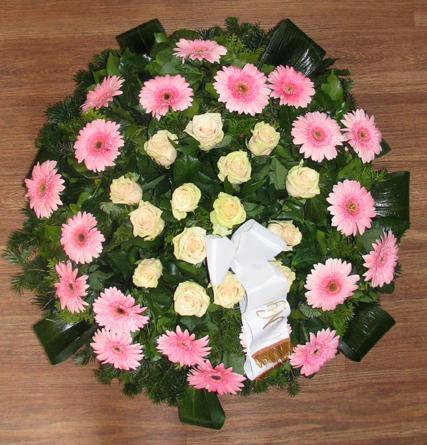 Virágposta - Koszorú rózsaszín gerberákkal, krém rózsákkal