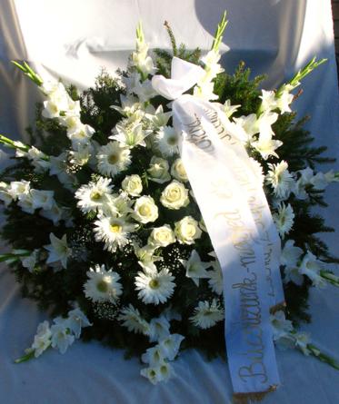 Virágposta - Álló koszorú fehér rózsákkal