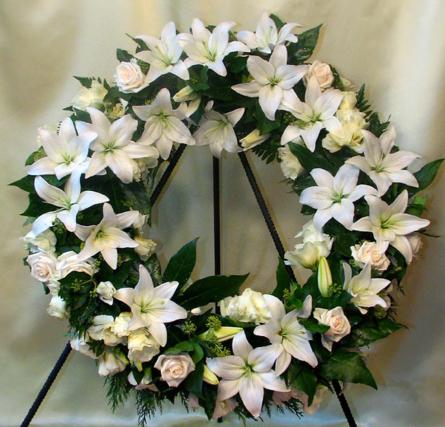 Virágposta - Fehér görögkoszorú, liliomokkal, rózsákkal