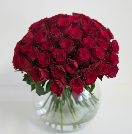 Virágposta - Vörös rózsák kerek csokorban - 50 cm