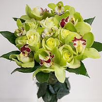 Virágposta - Zöld orchideák rózsákkal - kerek csokorban