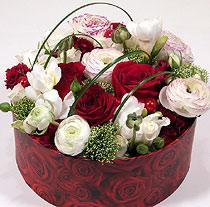 Virágposta - Vörös rózsák kerek díszdobozban