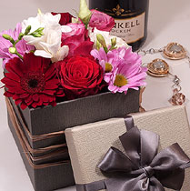 Virágposta - Love is in the air! - Elegáns virágdoboz lila és piros rózsákkal - Work