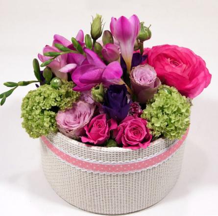 Virágposta - Tavaszi virágdoboz lila fréziákkal, rózsákkal