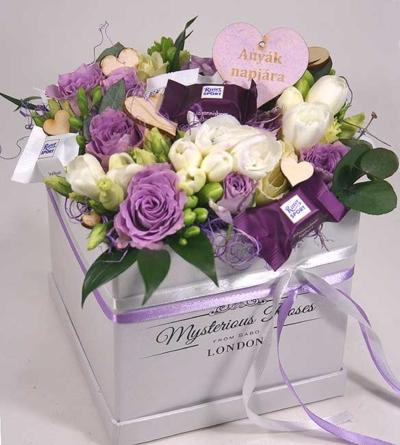 Virágposta - Virágdoboz csokikkal és lila rózsákkal - Édes-anyának! - Csak Budapestre!