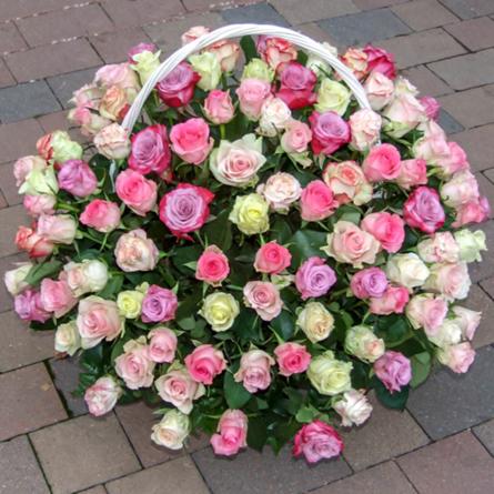 Virágposta - Rózsaszín szín-játék - virágkosár romantikus rózsákkal